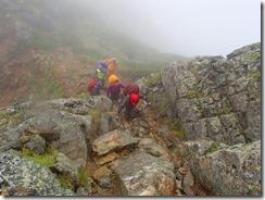 3-09岩場を登っていきます