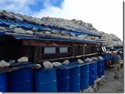 3-16野口五郎小屋、風対策で屋根に石が乗せられています、3日目はここに宿泊です
