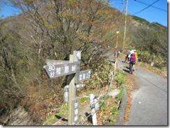 30 背振山に登る舗装道路
