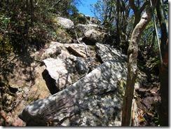 21 鬼ヶ鼻岩へのロープでの急な下り