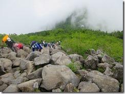 12岩の道が続く