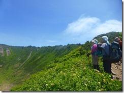 12山頂へは火口縁沿いに進みます