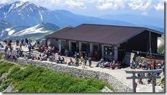3-18多くの登山者の雄山山頂小屋