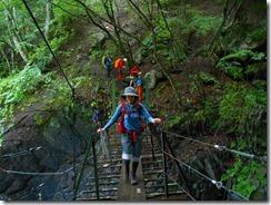 5-02急坂を下り、吊橋を渡ります