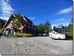 2-02ヒュッテ(麦草峠)には茅野市からバス便があります、さあ登山開始
