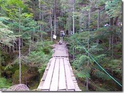 3-05橋を渡り本格的な登山道になります