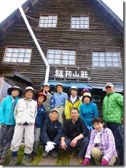 3-01縞枯山荘前でオーナーの嶋さんと記念写真