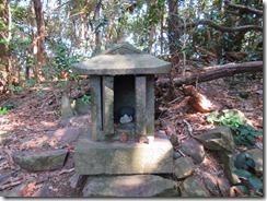 18祇園山の山頂は、広場になっていて祠が3つある